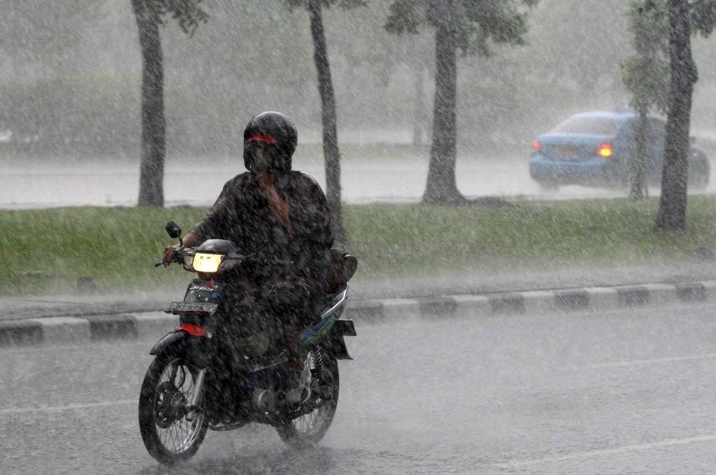Terobos Hujan, Biker Wajib Perhatikan Hal Ini Biar Aman di Jalan