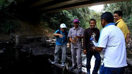 Diduga Tercemar Limbah PT. Torganda, Air Sungai Pakis di Tambusai Utara, Rohul Hitam dan Berbau