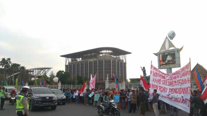BREAKING NEWS: Ratusan Warga Desa Koto Aman Serbu Kantor DPRD Riau Sidang Paripurna Berlangsung