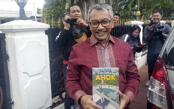 Sowan ke Ketua DPRD, Syaikhu Dapat Buku Kebijakan Ahok