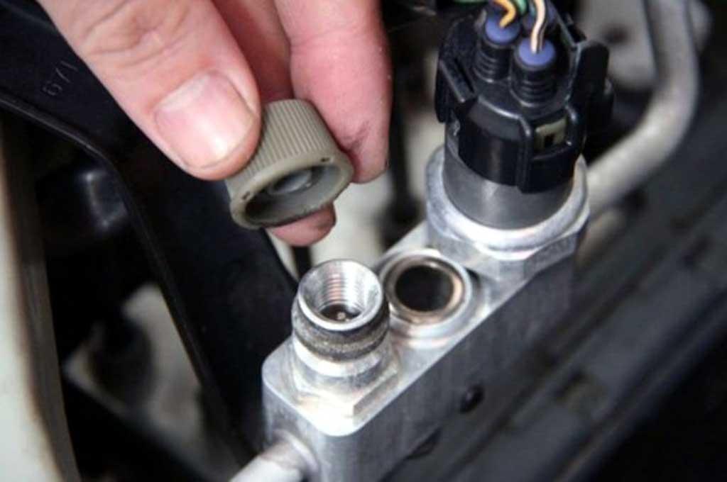 Begini Cara Mengecek Freon AC Mobil yang Habis