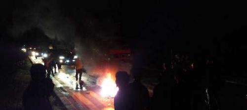 Ratusan Mahasiswa Memblokir Jalan Soekarno-Hatta Dumai dengan Membakar Ban Bekas
