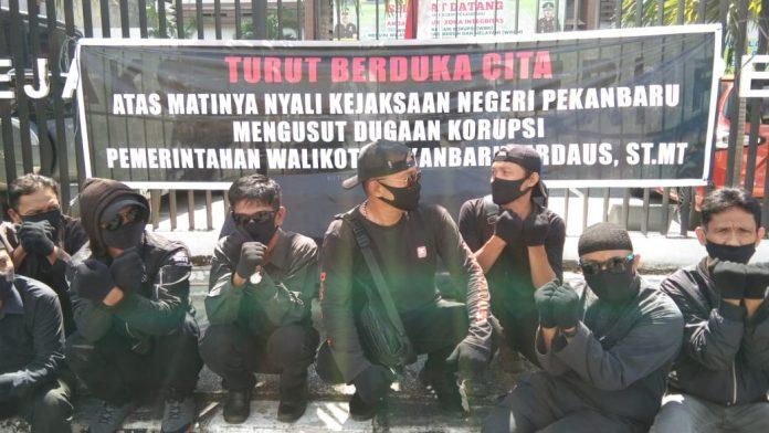 Kejaksaan Negeri Pekanbaru 'Dihadiahi' Keranda Mayat