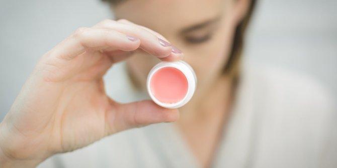 7. Membuat aroma parfum lebih awet