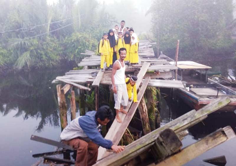 Jembatan Ambruk, Warga Tak Bisa Melintas