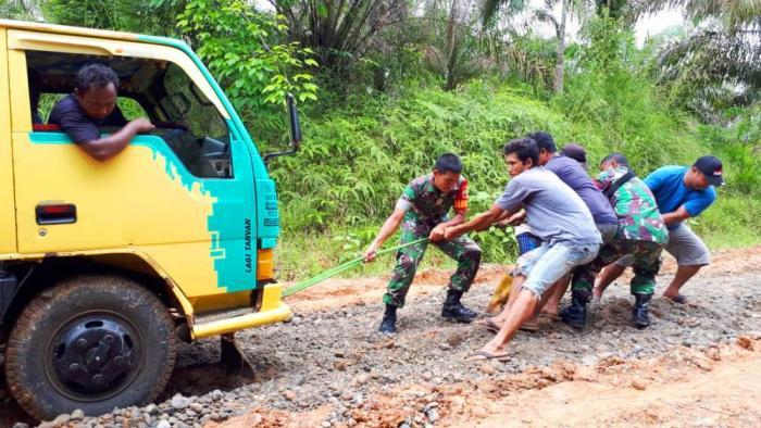 TNI dan Warga Perbaiki Bersama Jalan Rusak