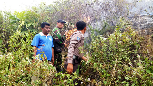 Puluhan Hektar Lahan di Desa Menaming-Rohul Masih Terbakar