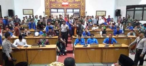 Ratusan Mahasiswa Berhasil Memasuki Ruang Rapat Kantor DPRD Kota Dumai