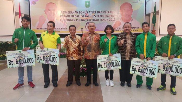 Gubernur Riau berikan Bonus kepada Atlet berprestasi