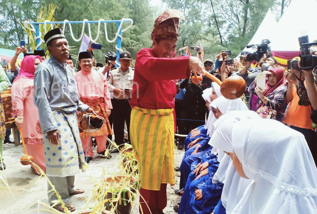 Dibuka Gubri, Ritual Mandi Safar Pulau Rupat Berlangsung Hikmat