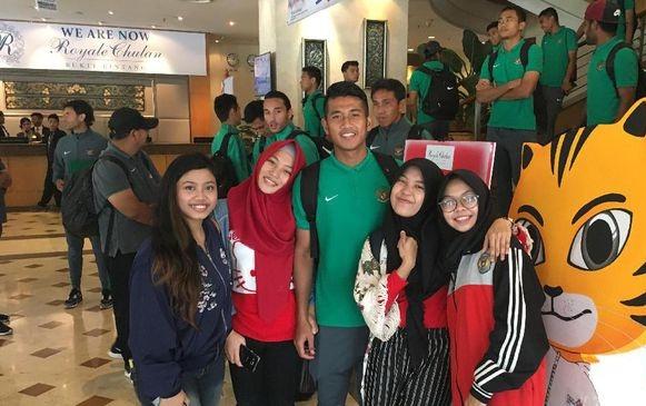 Suporter Wanita Timnas Indonesia Terpikat Pesona Putu Gede