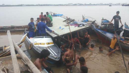 Tabrak Tongkang Batubara, Pompong Pengangkut Kelapa Karam di Inhil
