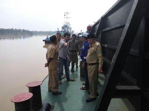 Camat Kuala Cenaku Minta Pemilik Kapal Tongkang Pencemar Sungai Indragiri Bertanggung-jawab