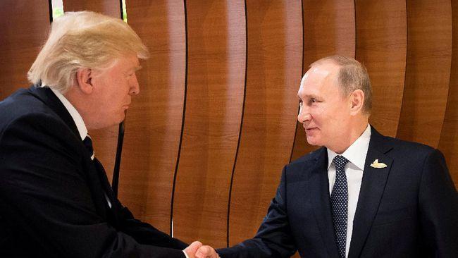 Jabat Tangan Perdana Putin-Trump yang Tampak Akrab