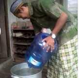 Kemarau Panjang, Air Satu Galon Dijual Rp 20 Ribu di Kecamatan Pelangiran