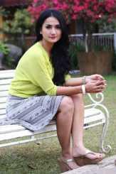 Mandi di Lokasi Syuting, Tengku Dewi Kaget Direkam Kamera Nakal