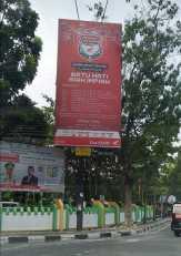 Billboard Menantu Firdaus, Ginda Burnama, Diduga Melanggar Perwako Reklame