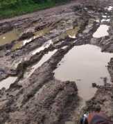 Jalan Mirip Kubangan, Masyarakat Titi Akar Rupat Utara Minta Perhatian Pemkab