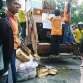 Tuntut Gaji, Buruh PT MIG Serak Sampah di Depan Kantor Walikota Pekanbaru