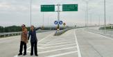 Sebelum Diresmikan Jokowi, Menteri Rini Jalan Kaki 2 Km di Tol Trans Sumatera