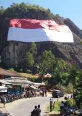 Bendera Raksasa Merah Putih Terbentang di Tebing Batu Numpang