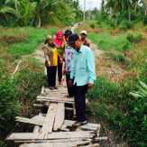 Pelajar Sering Terjatuh Lewati Jembatan Ini, Dewan Inhil Minta Pemkab Segera Lakukan Perbaikan