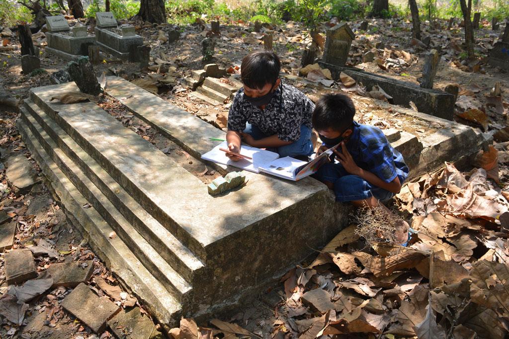 Susahnya Sinyal, Pelajar di Jombang Belajar di Makam
