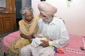 Nenek 70 Tahun Lahirkan Bayi Pertamanya