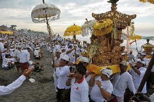 Ribuan Umat Hindu di Bali Gelar Upacara Melasti